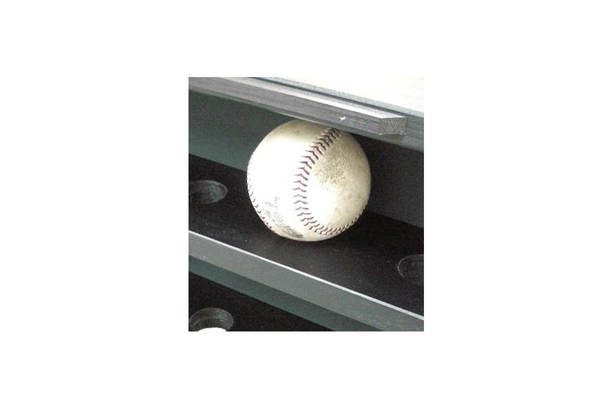 ボールをセットする際は、ボールを穴に落とし込み、お飾りください。